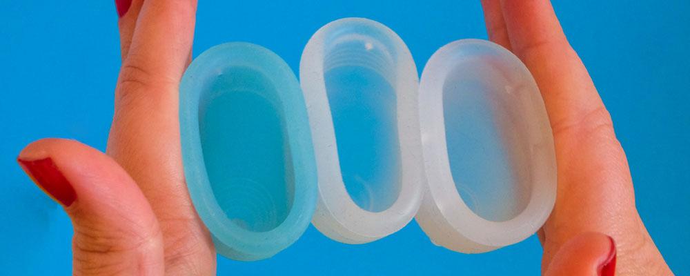 Menstruatiecups op een rij van zacht naar hard