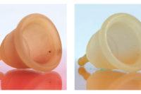 De verkleurde cup voor en na een nachtje in waterstofperoxide (3%).