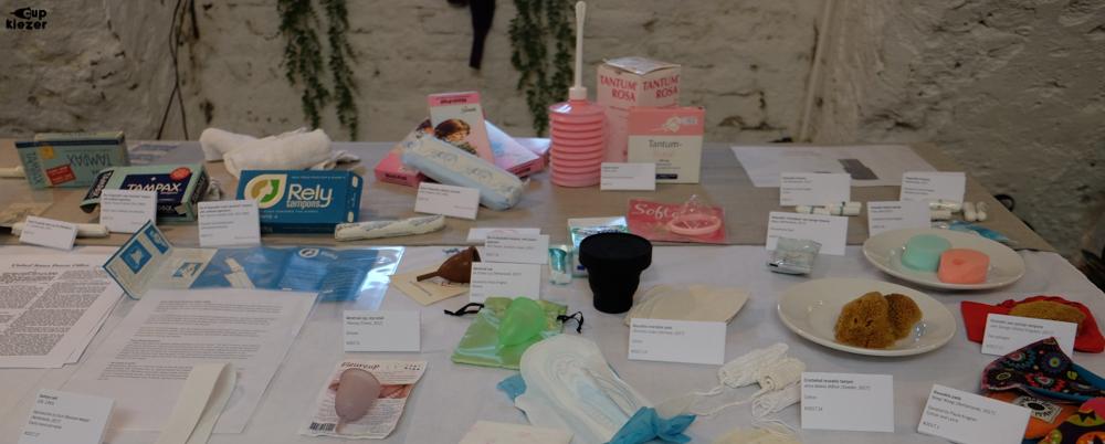 Menstruatieproducten door de jaren heen op een rij (Stand van het menstruatiemuseum)