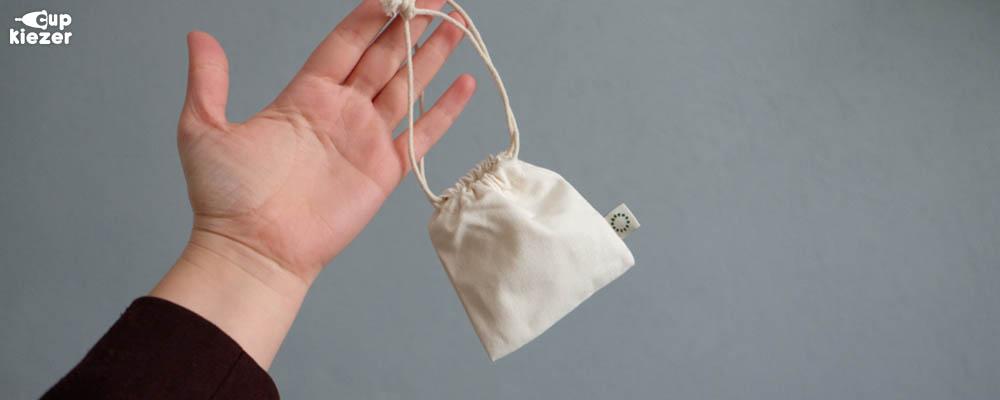 Menstruatiecup bewaren in bijgeleverd zakje op een droge locatie