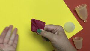 menstruatiecup vouwen met de Vlieger-vouw